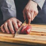 厨师切口在木板的小腓厉牛排在餐馆厨房 库存图片