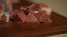 厨师切在一个木板的肉有刀子的 股票录像