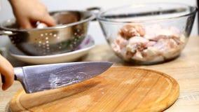 厨师切开未加工的鸡 影视素材
