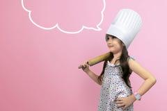 厨师制服的亚裔逗人喜爱的女孩有copyspace的 图库摄影