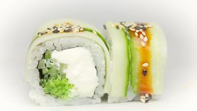 厨师加酱油和芝麻到Kappa Filla梅基用夏南瓜乳酪和新鲜的沙拉寿司 股票视频