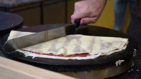 厨师包裹与果酱装填的完成的薄煎饼并且切开成三角 烹调薄煎饼的过程 家 影视素材