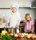 年轻厨师和sous厨师 免版税库存图片