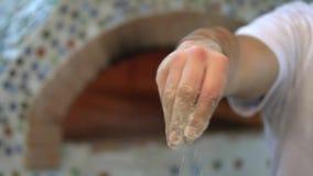 厨师喷洒薄饼的面粉 皇族释放例证