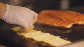 厨师在一块高热金属板材分解切片乳酪 三明治在厨房里为早餐做准备 股票录像