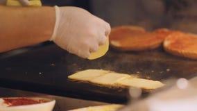 厨师在一块高热金属板材分解切片乳酪 三明治在厨房里为早餐做准备 影视素材
