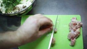 厨师在厨房里切在一个切板的肉 影视素材