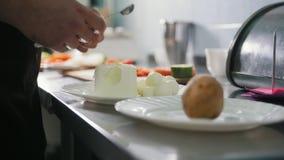 厨师在商业厨房里切乳酪 股票录像