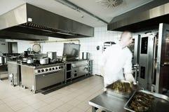 厨师在工业厨房里 图库摄影