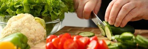 厨师在手中拿着刀子和裁减  免版税库存照片