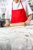 厨师在杂乱柜台的辗压面团 免版税图库摄影