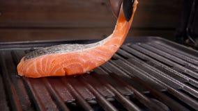 厨师在格栅花格上把未加工的三文鱼内圆角放 影视素材