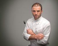 拿着一把大刀子和叉子的厨师 图库摄影