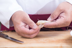厨师在烹调前的削皮虾 库存图片