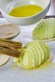 厨师在面团充分的膳食食谱乳酪蛋糕上把苹果放 免版税库存图片