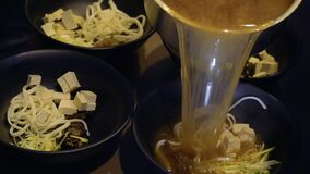 厨师在韩国餐馆倾吐肉肉汤和准备大酱汤 股票录像