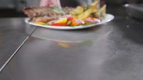 厨师在餐馆准备 烤放在架子上的羊羔用油煎的土豆和新鲜蔬菜 特写镜头 股票录像