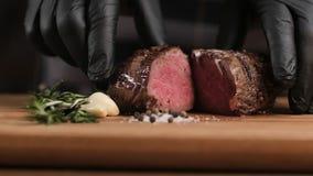 厨师在餐馆展示烤牛肉的厨房里 烤牛肉裁减 用卤汁泡的肉 影视素材