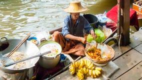 厨师在Damnoen Saduak浮动市场上 免版税库存照片