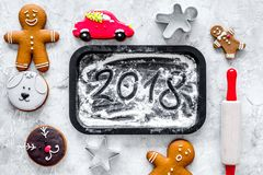 厨师姜饼新年2018年 姜饼人,滚针,在黑背景顶视图的面粉 免版税库存照片