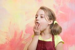 厨师孩子用杯形蛋糕 库存图片