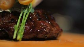 厨师完成膳食鲜美牛排用餐馆的客人的沙拉 与叶子的最后的接触 影视素材