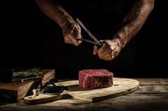厨师屠户准备牛排 库存照片
