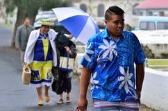 厨师岛民在热带雨中走 图库摄影