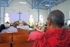厨师岛民在Ekalesia Titikaveka -库克群岛基督祈祷 免版税库存图片