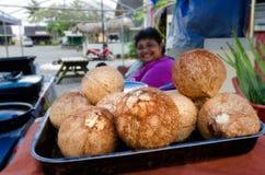 厨师岛民妇女销售新鲜的椰子 免版税库存照片