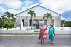 厨师岛民年长妇女在Ekalesia Titikaveka -厨师祈祷 库存图片