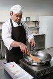 厨师工作准备膳食的餐馆厨房 库存照片