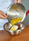 厨师巧克力奶油为蛋糕做准备 免版税库存图片