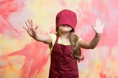 厨师帽子的女孩在面孔 免版税库存图片