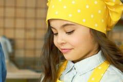 厨师帽子的女孩 免版税库存照片