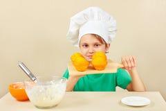 厨师帽子的小男孩有一个煮熟的开胃蛋糕的 免版税库存照片
