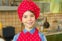 厨师帽子的微笑的男孩 免版税库存图片