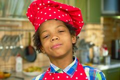 厨师帽子的黑人男孩 库存照片