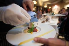 厨师幻灯片在顶面食物上把放的块菌蘑菇模糊的背景  免版税库存图片