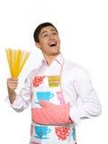 厨师愉快的人意大利面食spagetti年轻人 免版税库存照片