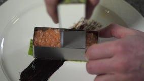 厨师手按和形成剁碎的三文鱼形状使用小金属型关闭在现代餐馆 厨师 股票视频