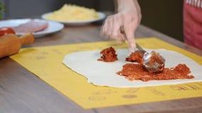 厨师手涂在薄饼基地上的加热杀菌的西红柿酱 影视素材