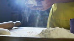 厨师手面团为在桌上的比萨做准备在厨房4K里 影视素材