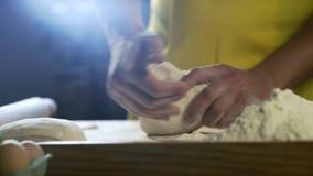 厨师手面团为在桌上的比萨做准备在厨房4K里 股票录像