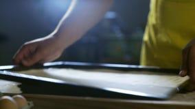 厨师手面团为在桌上的比萨做准备在厨房4K里 股票视频