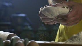 厨师手面团为在桌上的比萨做准备在厨房HD 100fps里 股票视频