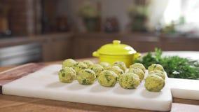 厨师投入未加工的丸子对厨房板,与肉末球的盘,烹调食物 股票视频