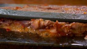 厨师按在格栅的牛排 影视素材