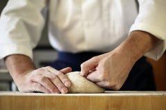 厨师揉的发酵面团 免版税图库摄影