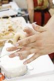 厨师揉的油炸圈饼 免版税库存图片